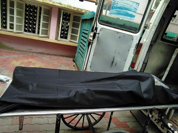 ஆம்புலன்ஸில் ஏற்றப்படும் ராஜா சுப்பிரமணியனின் உடல்