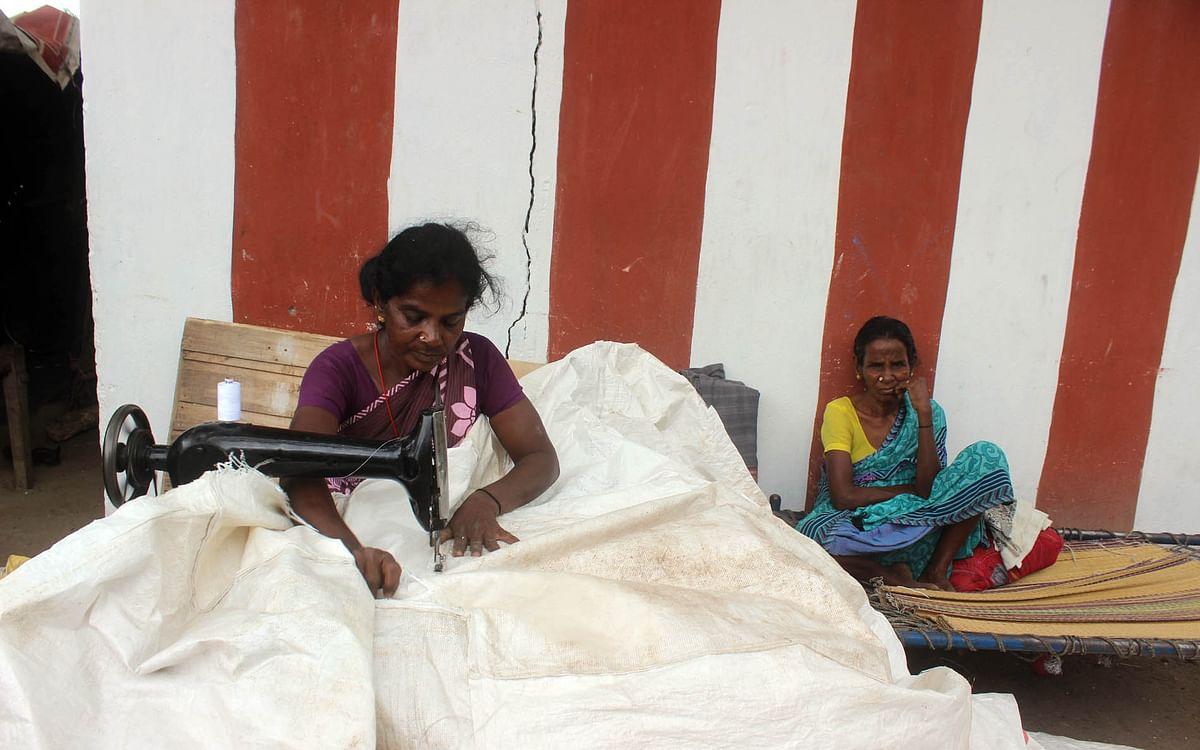 கரூர்: `கொரோனாவால எங்க பொழப்பே பொசுங்கிப்போச்சு!'' - படுதா தைக்கும் சரோஜாவின் சோகம்