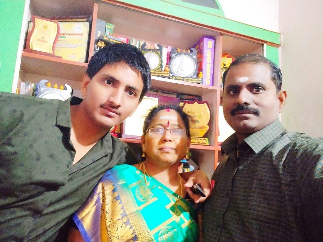 மேதா சங்கர் தனது பெற்றோருடன்