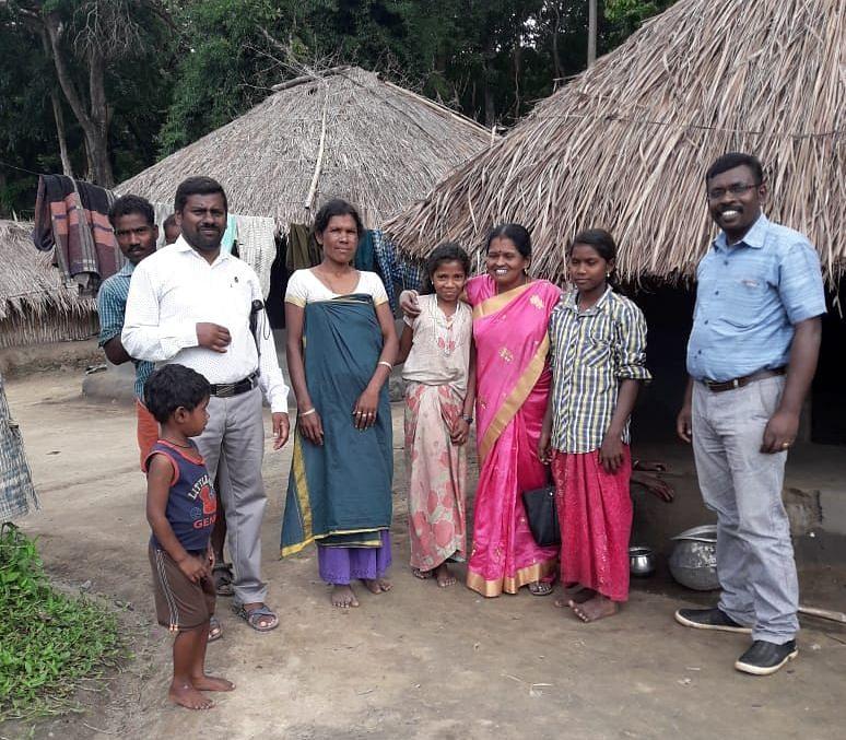 மாணவர்களுடன்  கலாவதி டீச்சர்