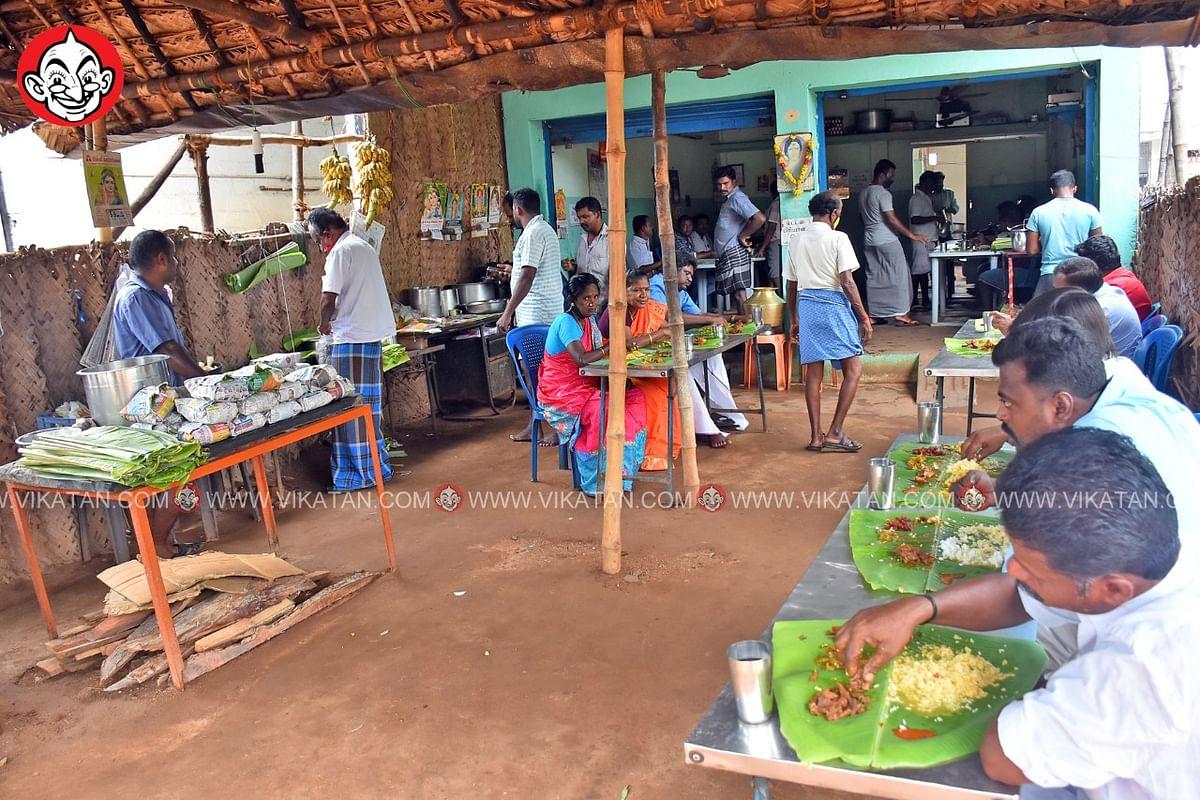 நாட்டுக் கோழி குழம்பை ருசிக்கும் வாடிக்கையாளர்கள்