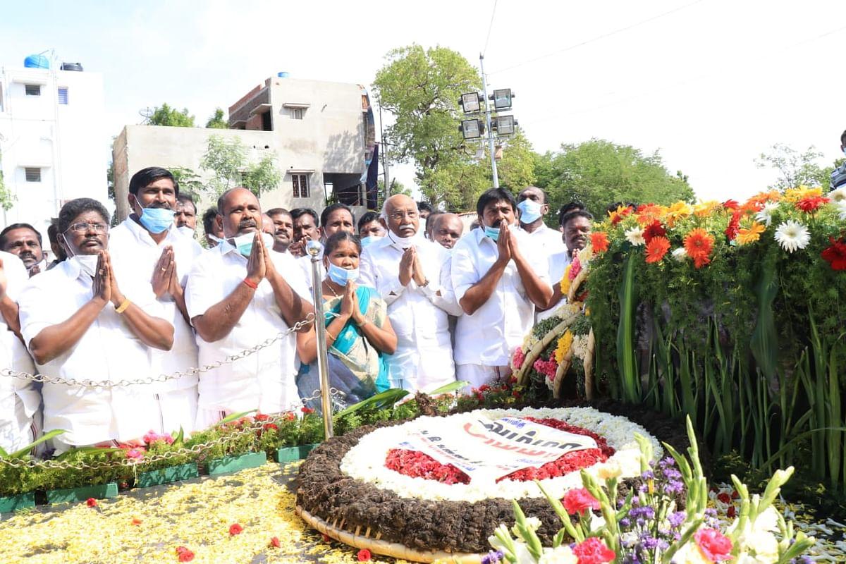 பரமக்குடி: இம்மானுவேல் நினைவிடத்தில் அமைச்சர்கள் அஞ்சலி