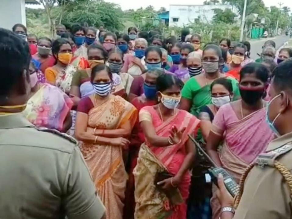 நாகை: `டாஸ்மாக் கடையை முற்றுகையிட்ட பெண்கள்!'- எதிர் போராட்டத்துக்குத் திரண்ட மதுப் பிரியர்கள்