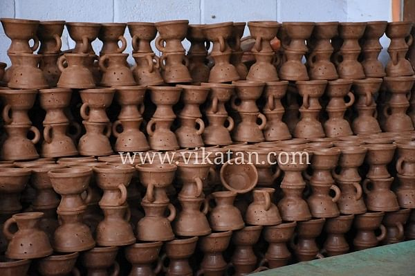 ஏற்றுமதிக்குத் தயாராக இருக்கும் மண்பாண்டப் பொருள்கள்