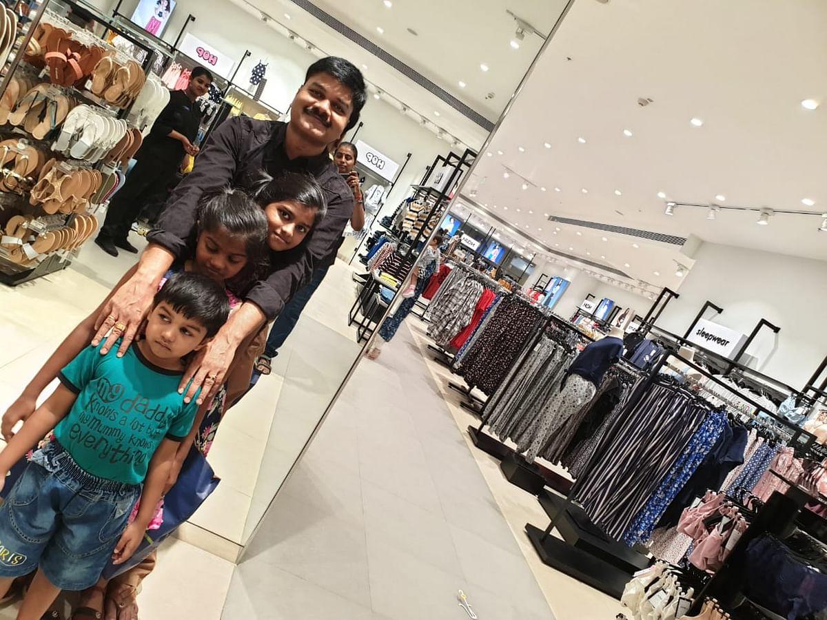 கவிஞர் விவேகா தன் குழந்தைகளுடன்