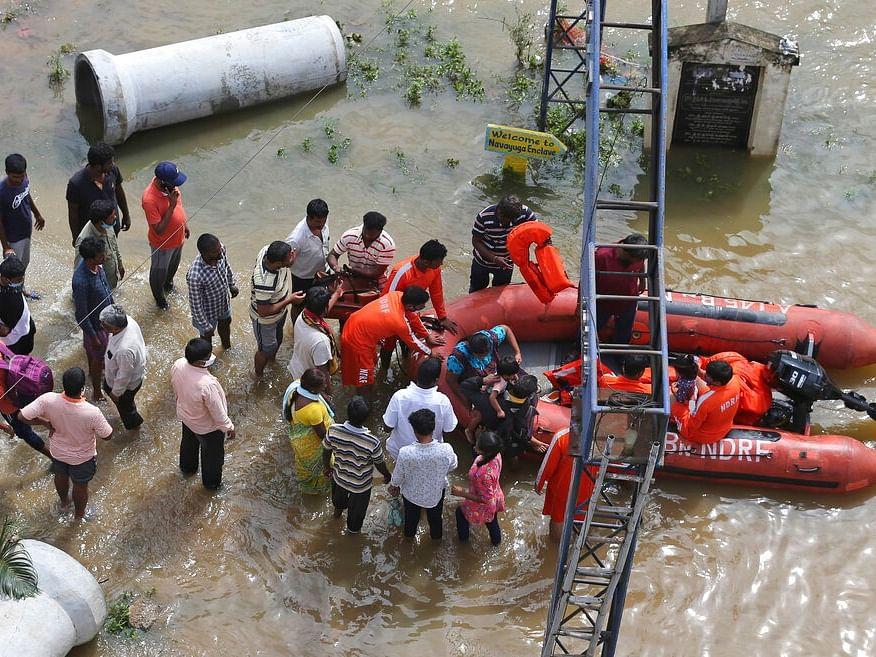 ஹைதராபாத் வெள்ளம்:  கனமழை; இடிந்து விழுந்த கட்டடம்! குழந்தைகள் உட்பட 9 பேர் பலி