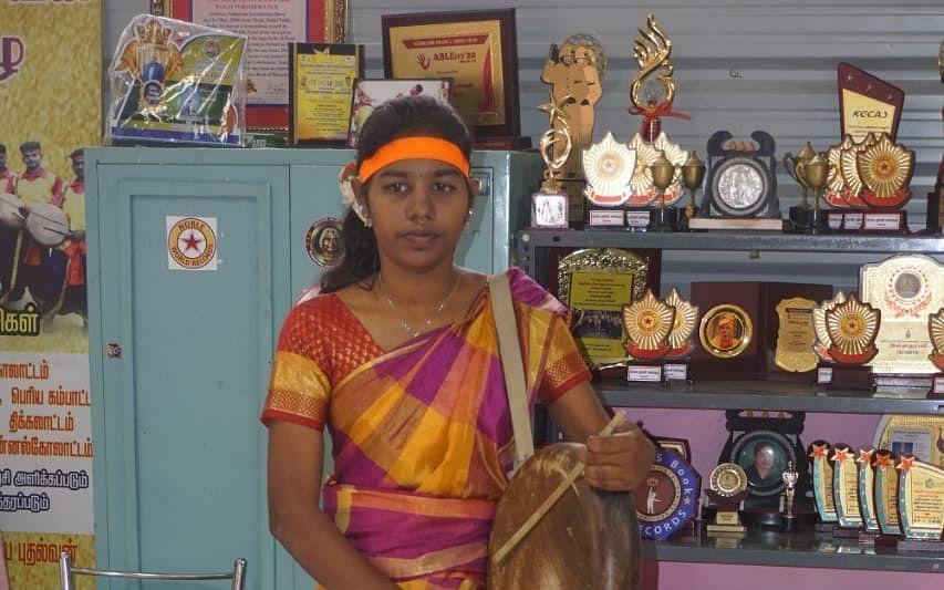 ஆணிமீது நின்று பறை வாசிப்பு... கோவை கல்லூரி மாணவி சாதனை!