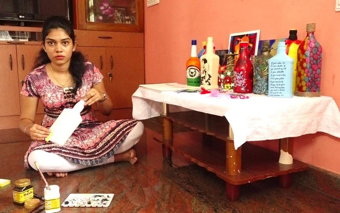 `குப்பைகளிலிருந்து உருவான கிராஃப்ட் பொருள்கள்!' - லாக்டௌன் நேரத்தில் அசத்திய மாணவி
