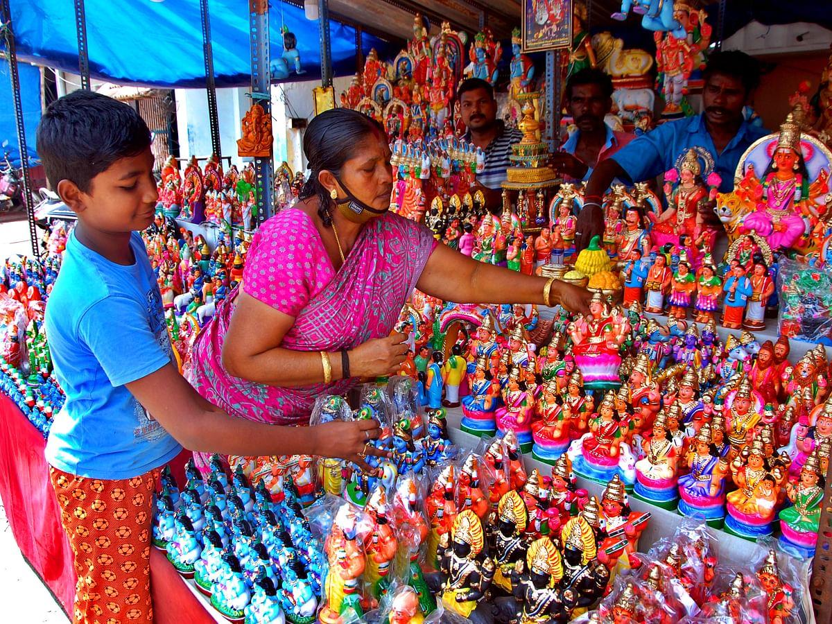 குமரி நவராத்திரி ஸ்பெஷல்: இல்லங்களை அலங்கரிக்கும் வண்ணமயமான கொலு பொம்மைகள்!