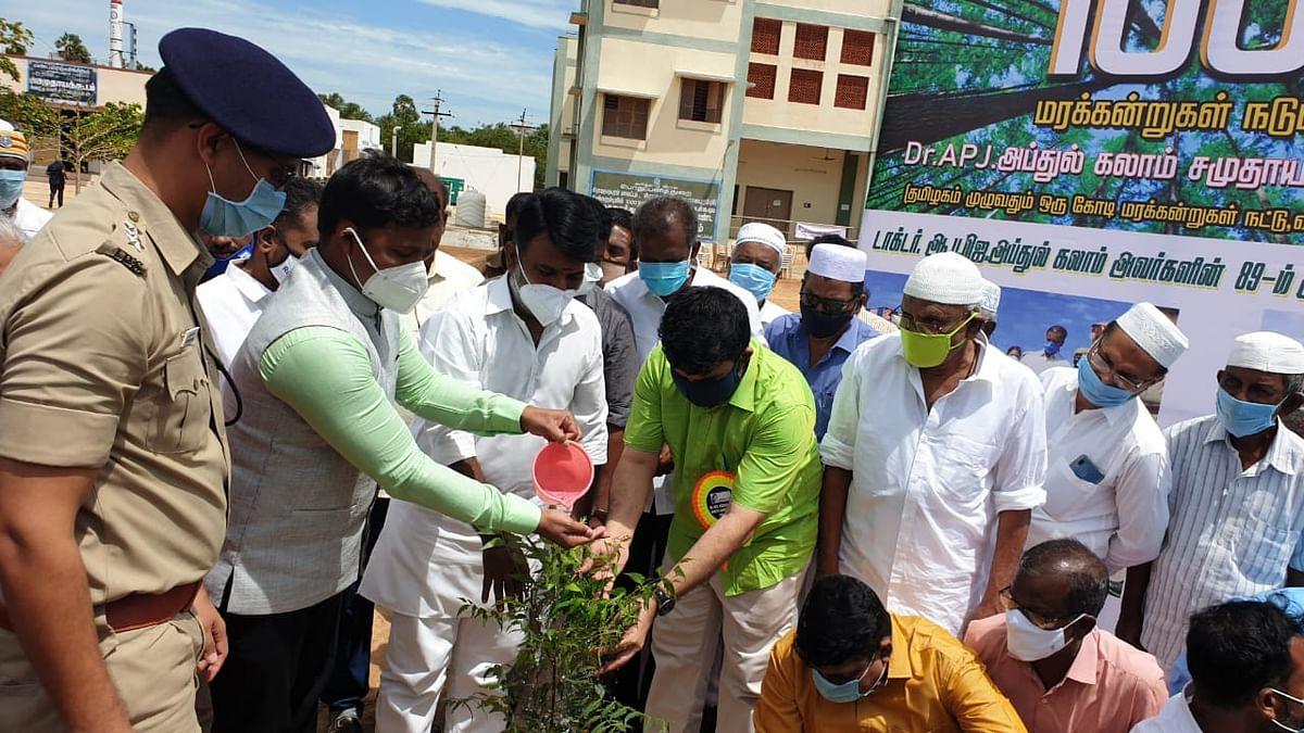 மரக்கன்று நட்ட மாவட்ட ஆட்சியர்