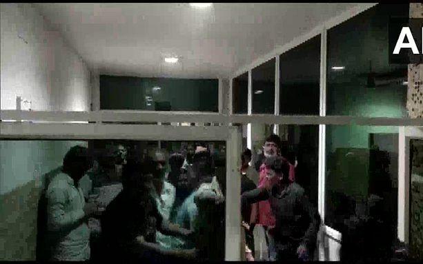 பீகார்: பிரசாரக் கூட்டத்திலேயே  சுட்டுக் கொல்லப்பட்ட வேட்பாளர்! - பதறவைக்கும் தேர்தல் களம்