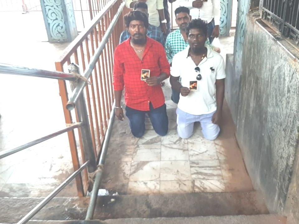 சிம்புவுக்காக மண்டியிட்டு படிக்கட்டில் ஏறிய ரசிகர்கள்