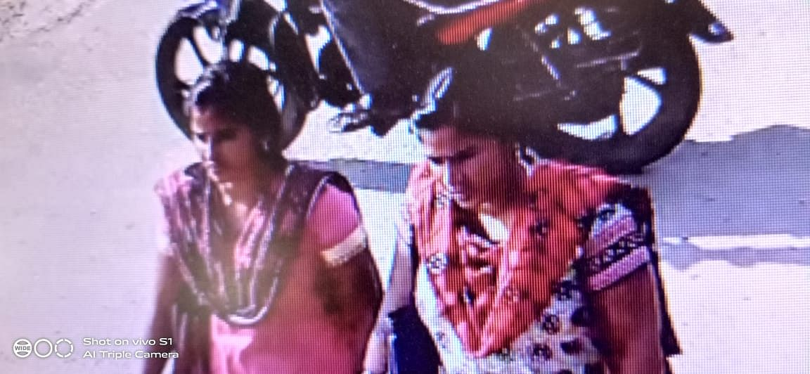 சிசிடிவியில் சிக்கிய பெண்கள்