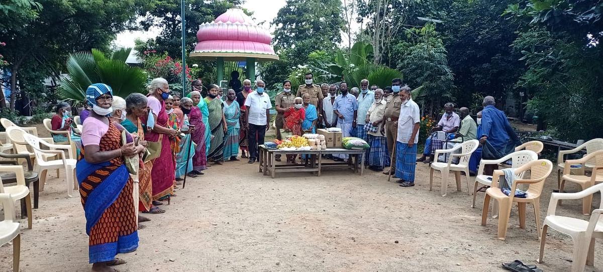 முதியோர்களுடன் ரமாதேவி