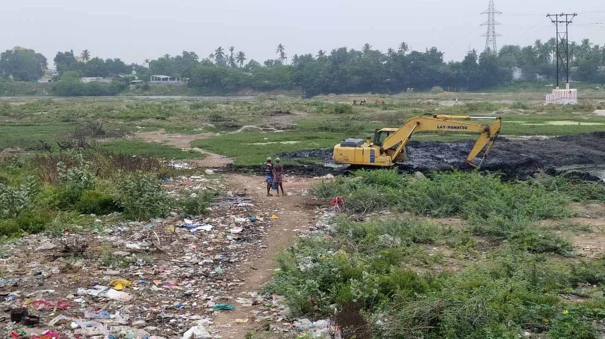 அமராவதி ஆற்றுக்குள் கால்வாய் வெட்டும் பணி