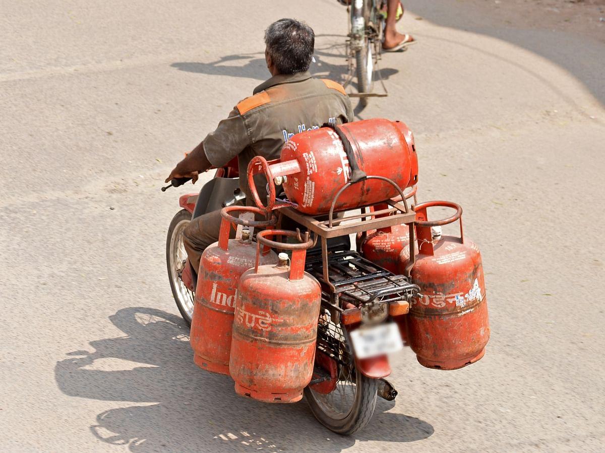 கேஸ் சிலிண்டர் விலை 10 ரூபாய் குறைந்தது... இது குறித்து உங்களின் கருத்து என்ன? #VikatanPoll