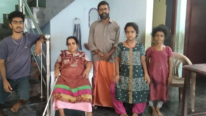 குடும்பத்தினருடன் கூலித்தொழிலாளி ஸ்ரீகுமார்