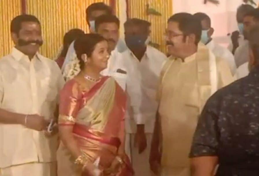 மகள் நிச்சயதார்த்த விழாவில் தினகரன் தனது மனைவியுடன்