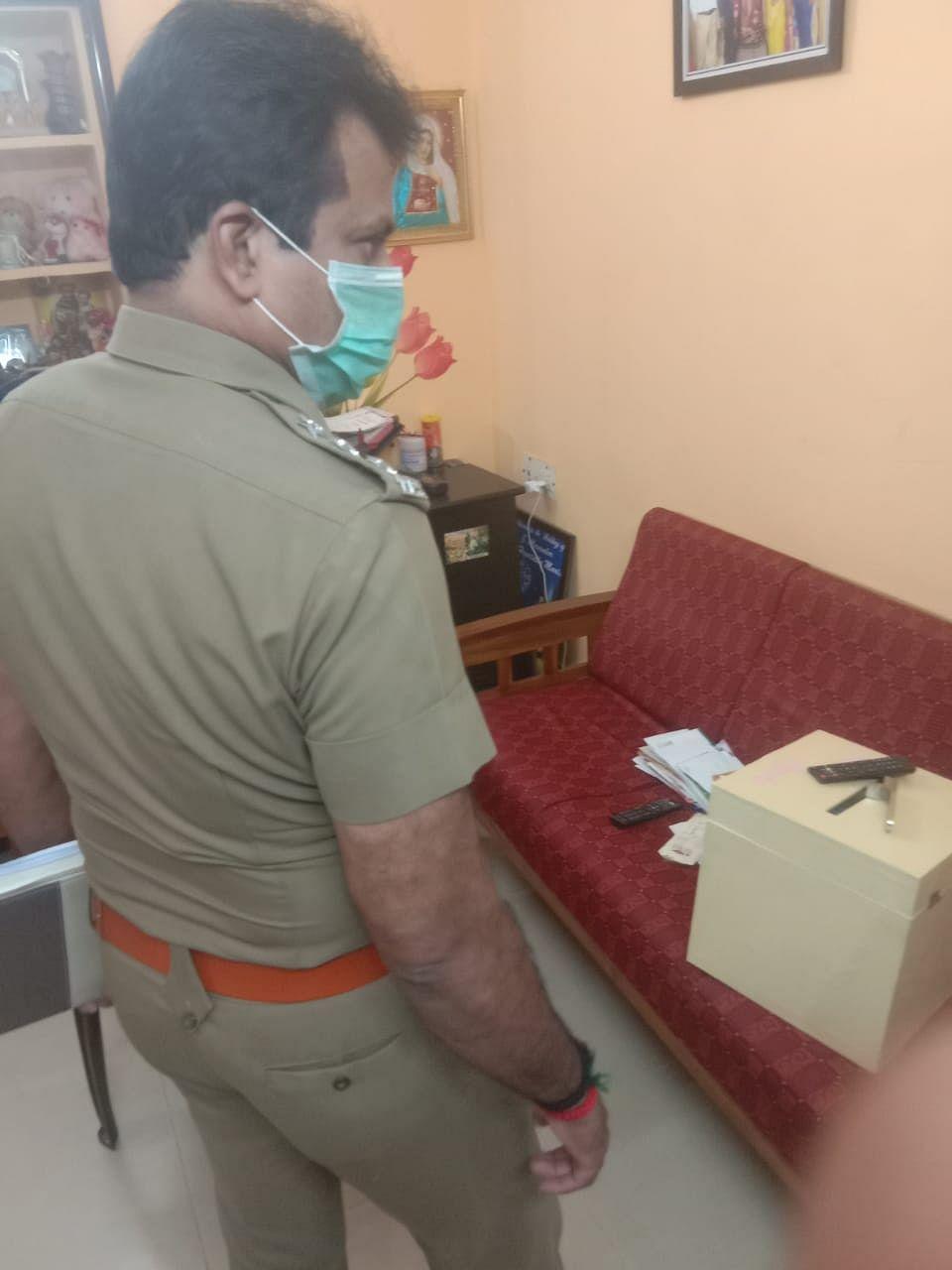 கொள்ளை நடந்த வீட்டில் ஆய்வு செய்யும் உதவி கமிஷனர் ஹரிக்குமார்