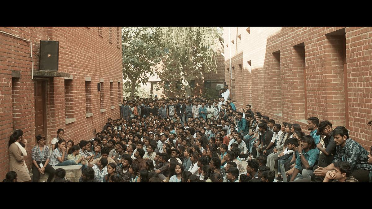கல்லூரி தேர்தல் முடிவுக்காக காத்திருக்கும் மாணவர்கள்
