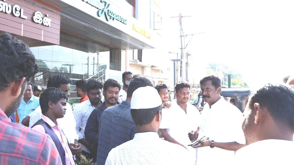 அ.தி.மு.க மாவட்ட செயலாளரிடம் முறையிட்ட வாடிக்கையாளர்கள்..