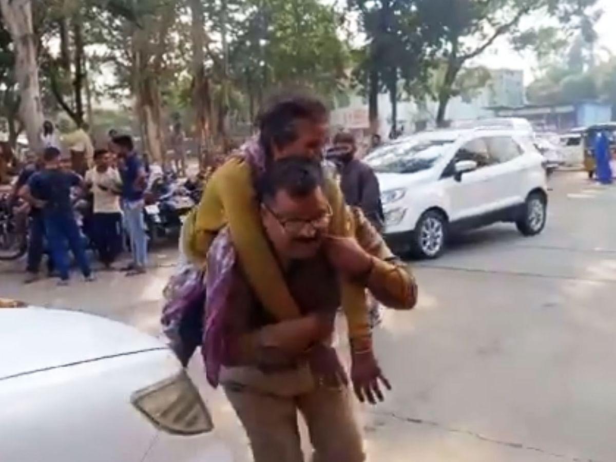 விபத்தில் காயமடைந்த பெண்ணை முதுகில் சுமந்து மருத்துவமனைக்குக் கொண்டு சென்ற போலீஸ்! #ViralVideo