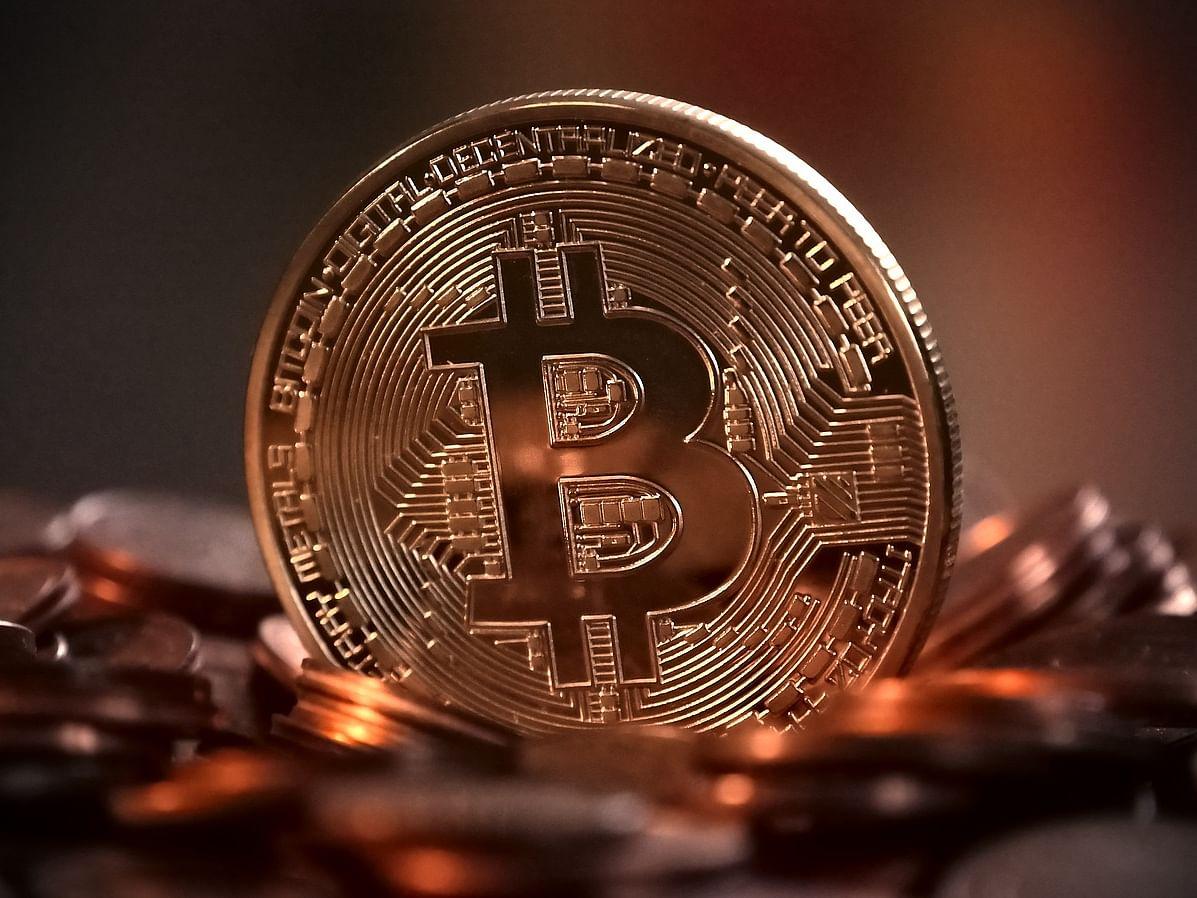 வெறிகொண்டு உயரும் பிட்காயின் மதிப்பு... முதலீடு செய்யலாமா? #Bitcoin
