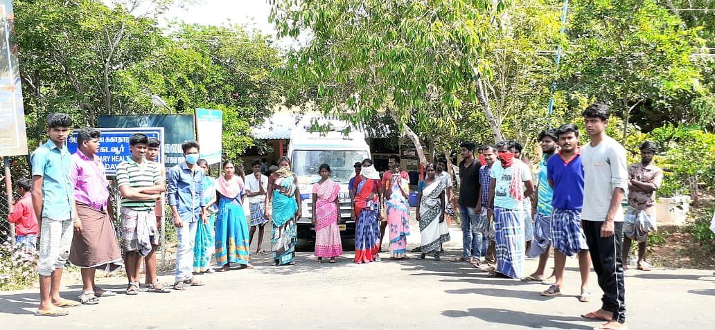 ஆம்புலன்ஸ் வாகனத்தை மறித்து போராடிய இளைஞர்கள்