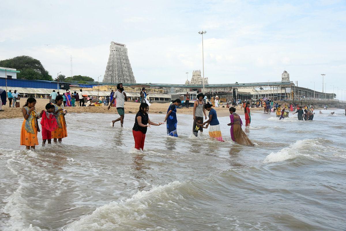 மகிழ்சியில் கடலில் நீராடிய பக்தர்கள்