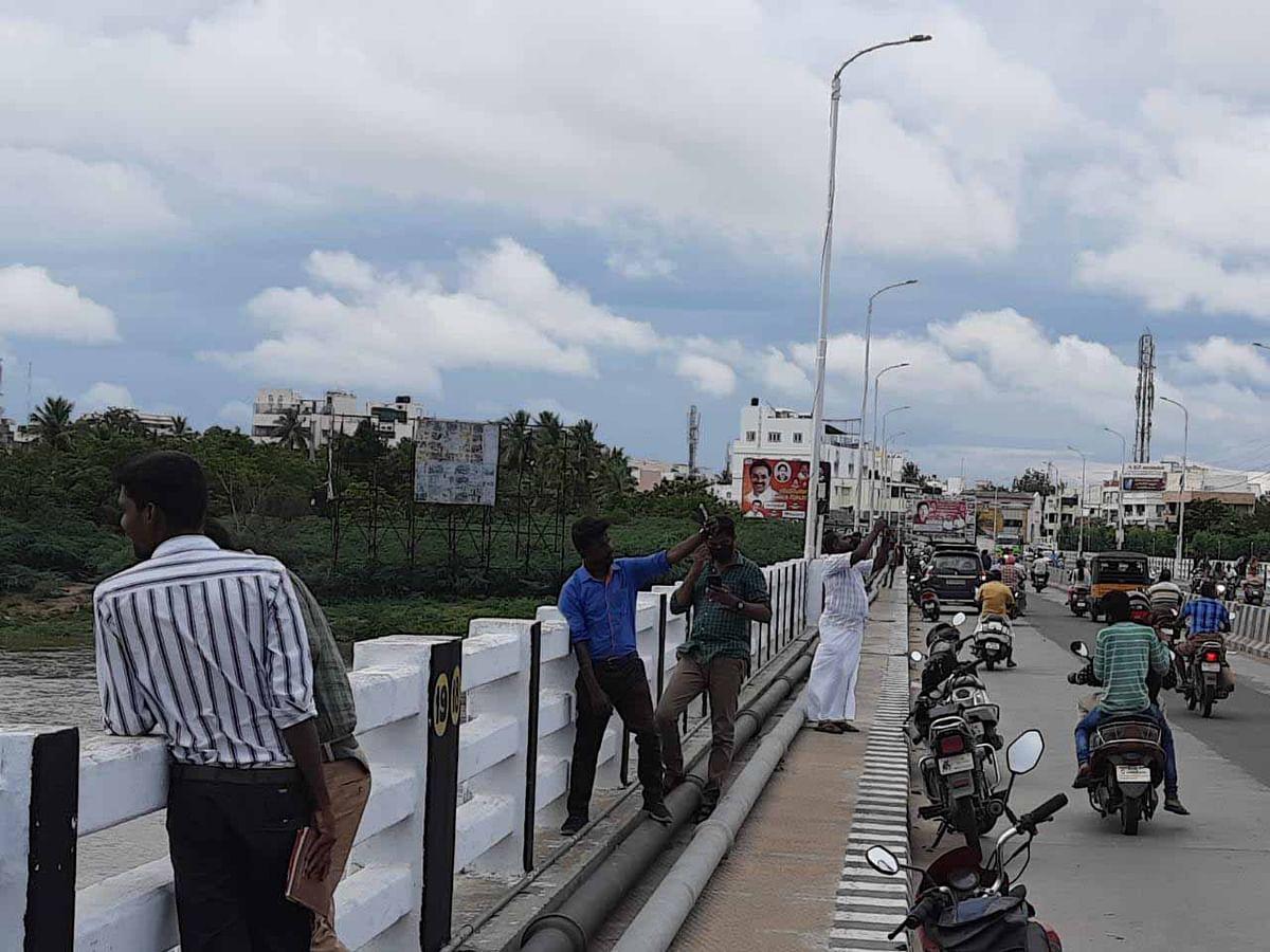 கரூர்: `ஆபத்தை உணராமல் செல்ஃபி எடுக்குறாங்க!' - எச்சரிக்கும் சமூக ஆர்வலர்கள்