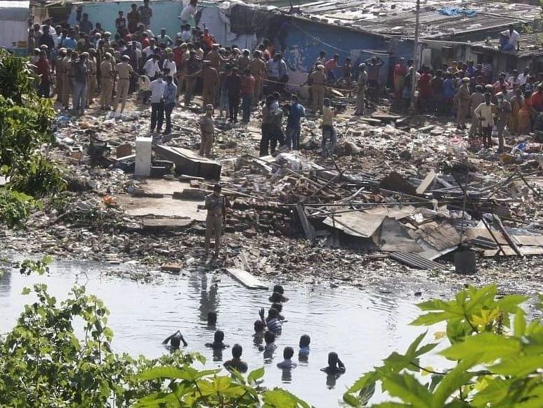 சென்னை:  `வீடுகளை அகற்ற எதிர்ப்பு' - கூவம் ஆற்றில் இறங்கி மக்கள் போராட்டம்