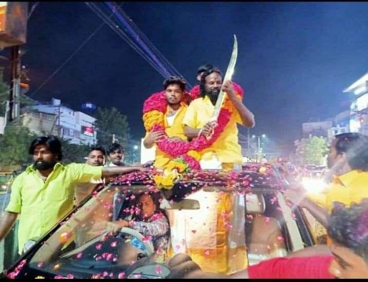 பட்டா கத்தியோடு போஸ் கொடுக்கும் ரௌடி
