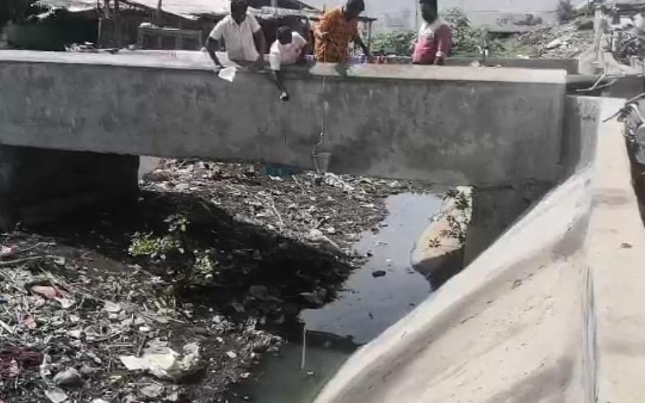 கரூர்: `அமராவதி ஆற்றில் கழிவு கலக்கப்படுகிறதா?' - பரபரக்கவைத்த அதிகாரிகளின் ஆய்வு