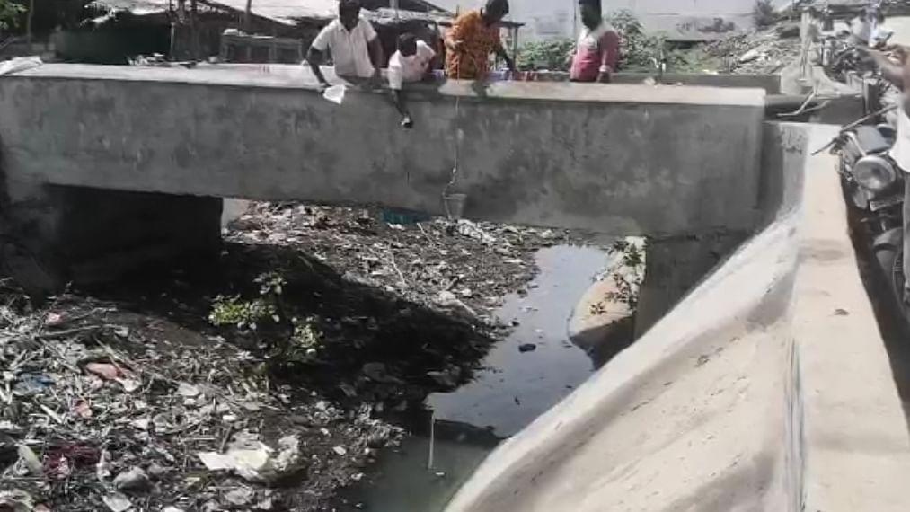 கிளை வாய்க்காலில் வரும் கழிவு நீர்