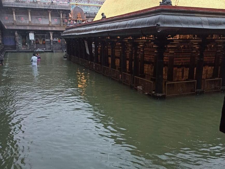 சிதம்பரத்தில் கொட்டும் மழை...   குளம்போல் காட்சியளிக்கும் நடராஜர் ஆலயம்!