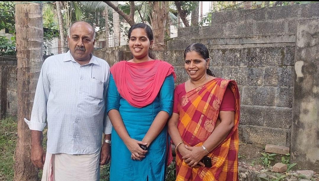 பெற்றோருடன் ஆர்யா ராஜேந்திரன்