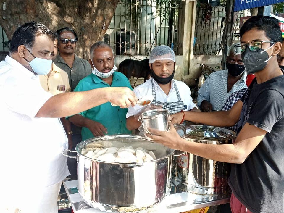 `10 ரூபாய்க்கு 4 இட்லி, சாம்பார்!' - சேலத்தில் பிரபலமடைந்த மோடி இட்லி