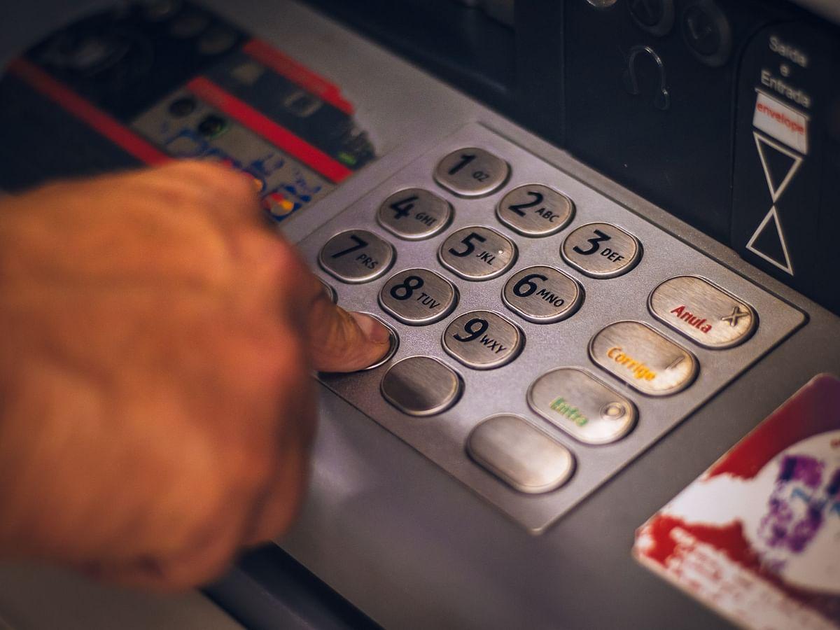 World's first ATM: இன்ஸ்பிரேஷனாக இருந்த சாக்லெட் இயந்திரம்; முதல் ஏ.டி.எம் எப்படி உருவானது தெரியுமா?