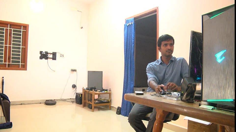 ஸ்மார்ட் ஹவுஸில் நவீன்குமார்