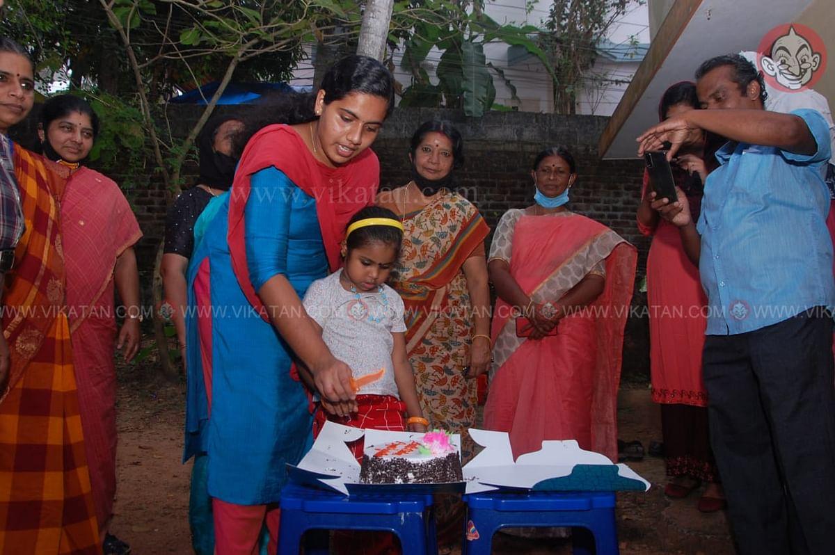 கேக் வெட்டும் ஆர்யா ராஜேந்திரன்