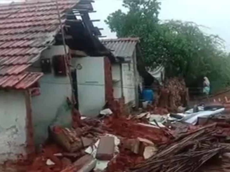 கரூர்: கனமழையில் இடிந்து விழுந்த 3 வீடுகள்! அதிர்ஷ்டவசமாக உயிர்தப்பிய குடும்பம்