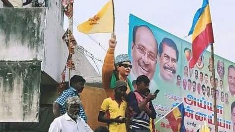 எம்.ஜி.ஆர் சிலையில் வன்னியர் சங்கக் கொடி
