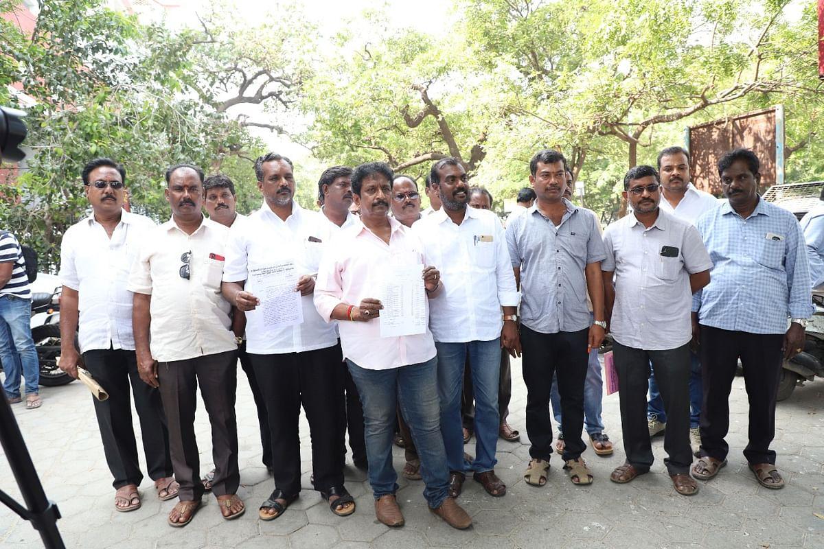 தமிழ்நாடு மாநில மணல் லாரி உரிமையாளர்கள் சங்கங்களின் கூட்டமைப்பினர்