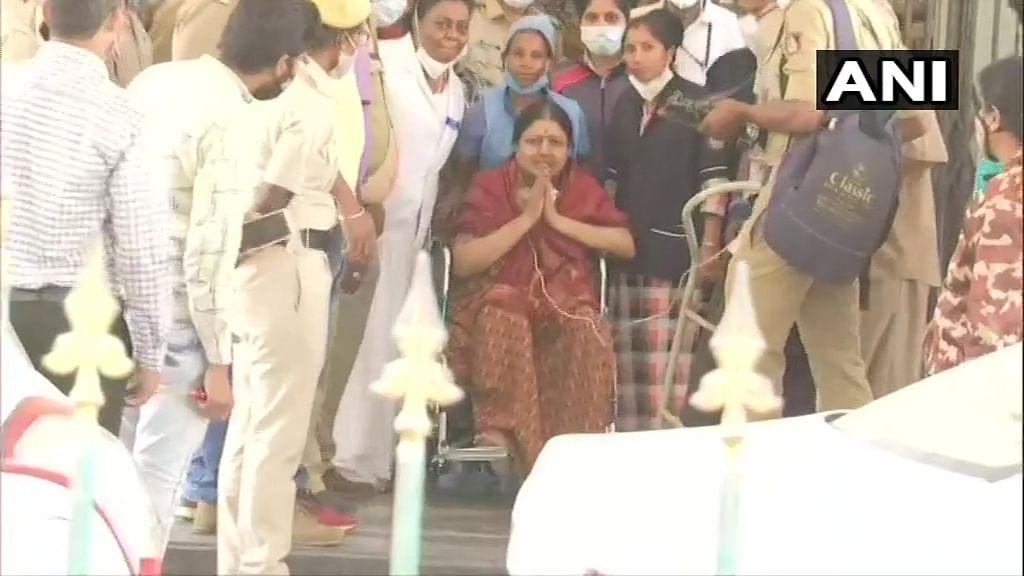 வீல் சேரில் சசிகலா