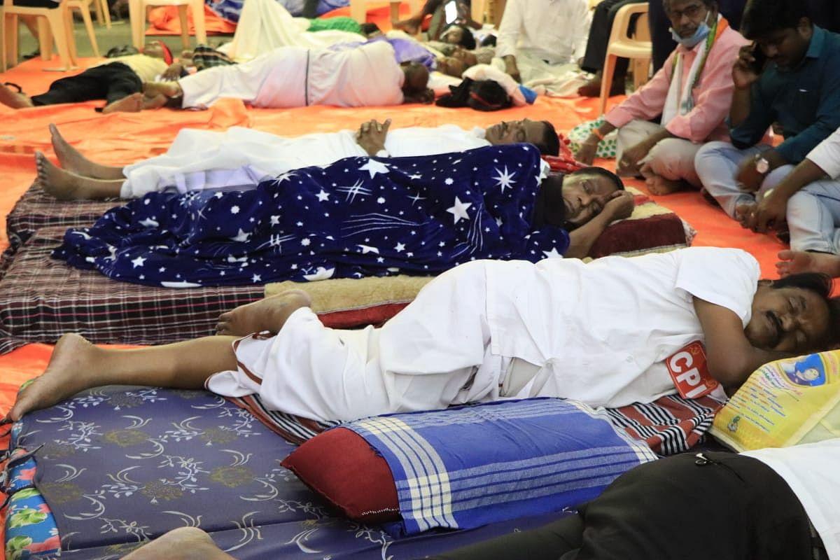 போராட்டக் களத்தில் உறங்கும் முதல்வர் நாராயணசாமி