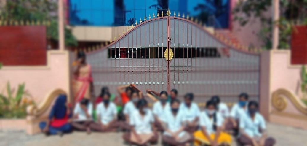 கல்லூரி முன் போராட்டம்