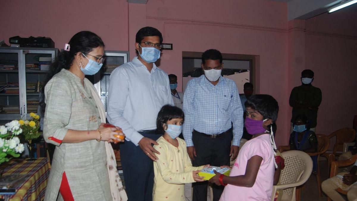 குழந்தைகளுடன் கலெக்டர் கோவிந்தராவ்