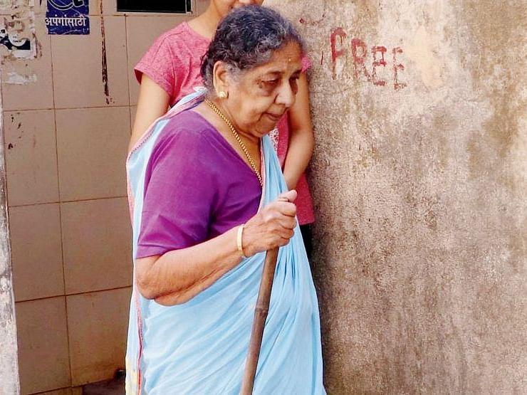 மும்பை: `கழிவறையை இடிக்க உத்தரவிட்ட மாநகராட்சி!' - போராடும் 88 வயது மூதாட்டி
