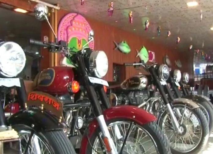 வாடிக்கையாளர்களுக்காக நிறுத்தப்பட்டுள்ள புல்லட்