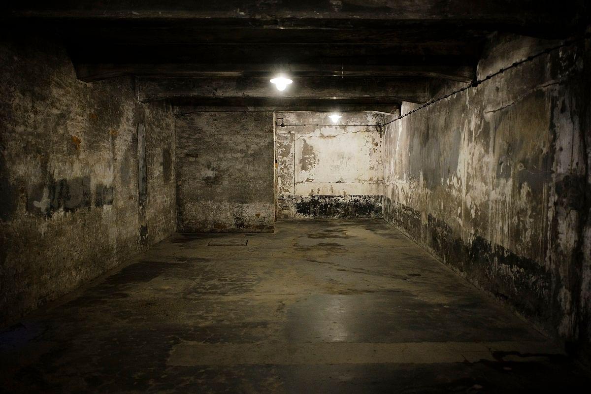 வாயுக்கள் செலுத்தும் வதை முகாம்கள்   Gas chamber at the former Nazi death camp of Auschwitz I in Oswiecim, Poland